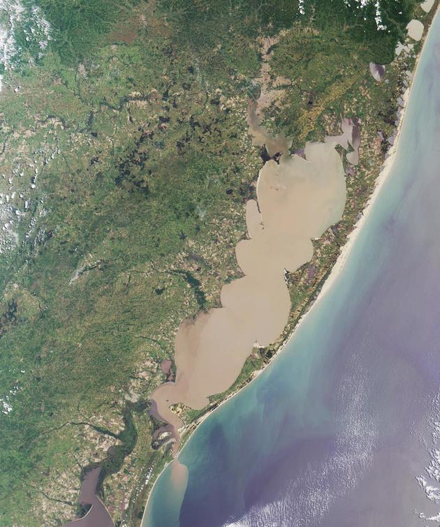 A Lagoa dos Patos, no Rio Grande do Sul, que é uma laguna, como é vista por satélite