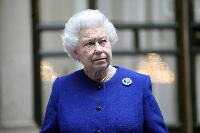 A rainha do Reino Unido e dos Reinos da Commonwealth, Elizabeth II