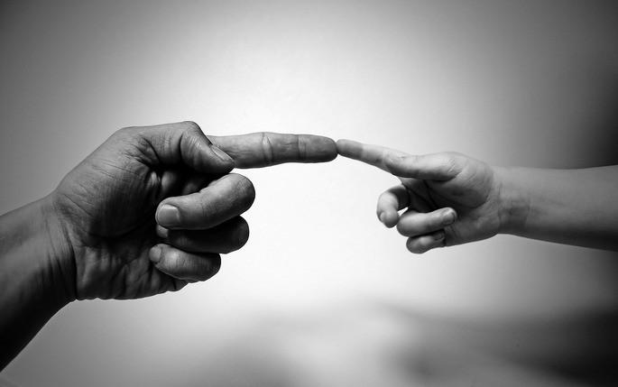 Mão de adulto e criança, ascendente e descendente