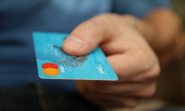 Cartão de débito na mão