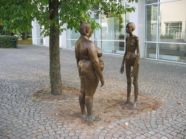 Estátua de mulher magra e gorda