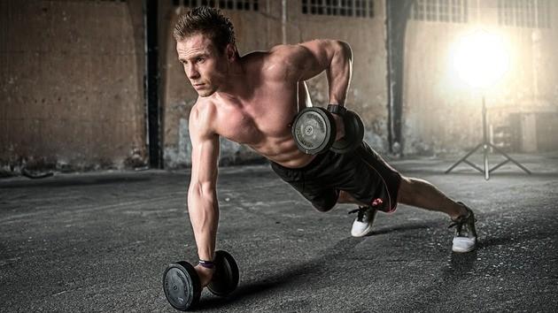 Homem faz exercícios anaeróbicos