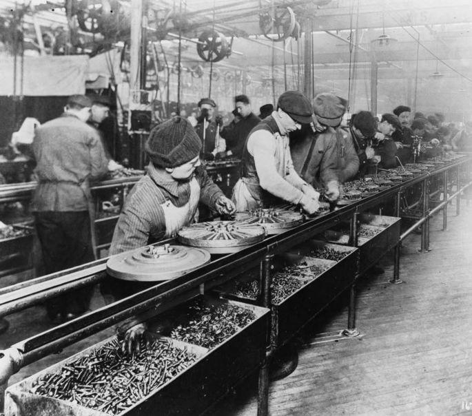 LInha de montagem em uma fábrica da Ford em 1913