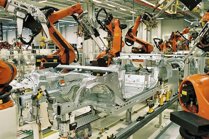 Linha de montagem com robôs industriais