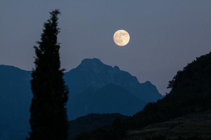 foto da lua cheia no horizonte