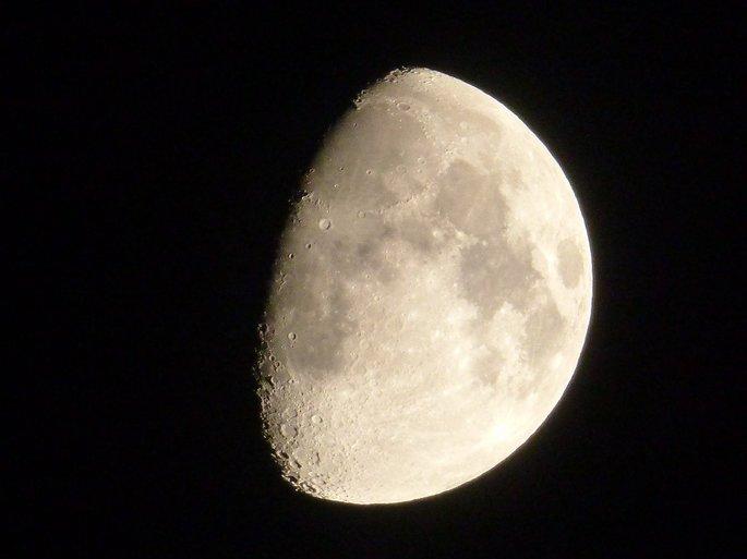 fotografia da lua minguante em sua fase gibosa
