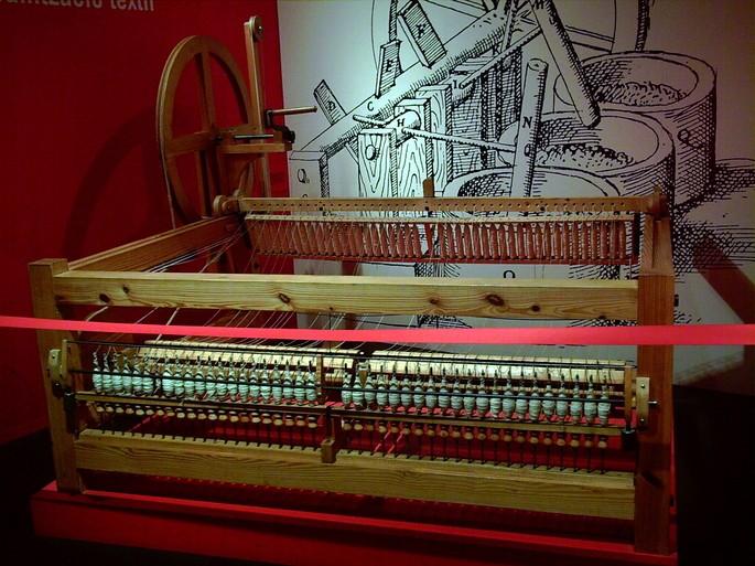 Máquina de fiar exposta em museu