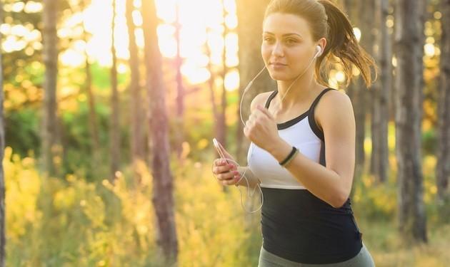 Mulher correndo em exercício aeróbico