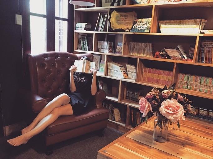 Pessoa introvertida e tímida lendo um livro