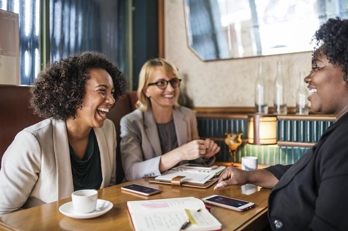 Pessoas extrovertidas à mesa