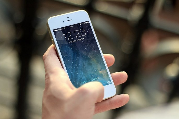 Mão segurando um smartphone