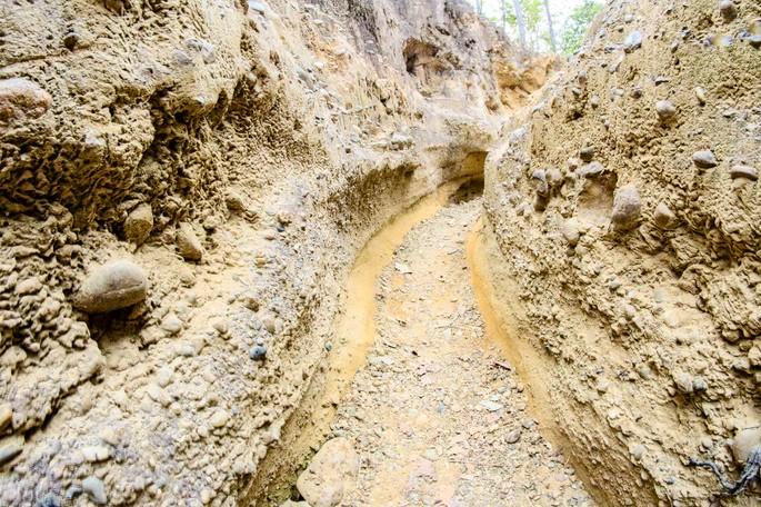 estrada em meio a um solo pedregoso (calcário)